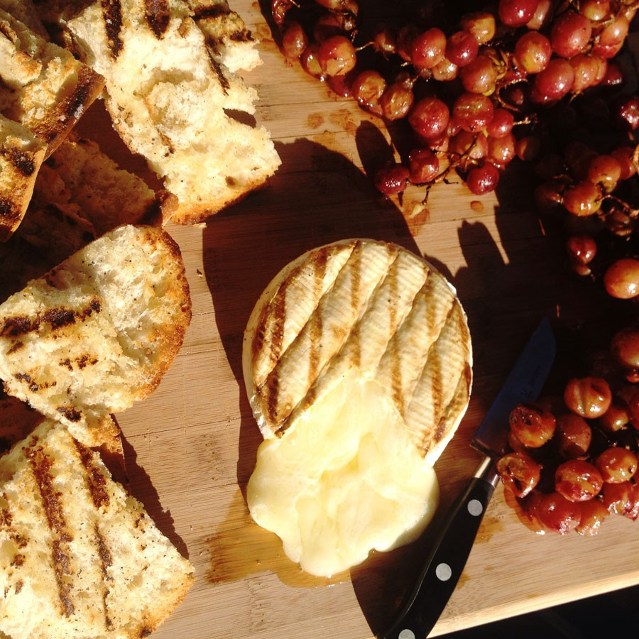 Grilled Brie and Grapes with Grilled Bread